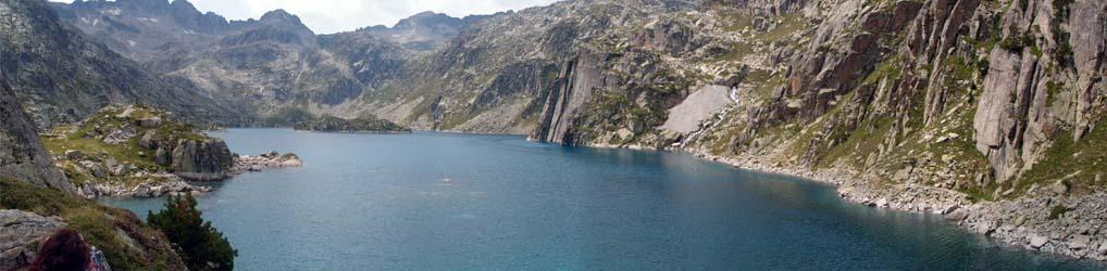 A más de 2.200 metros de altura, el Valle de Arán en Lleida esconde este maravilloso lago formado por el deshielo de los picos que lo rodean